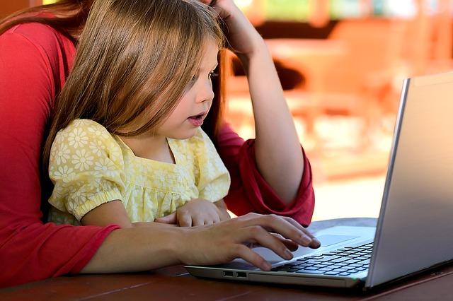 同じパソコンに向かう母娘