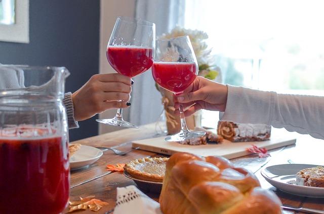 食卓で乾杯する2人