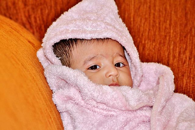 タオルにくるまれた赤ちゃん