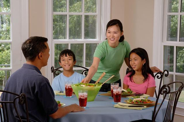 笑顔で食卓を囲む家族