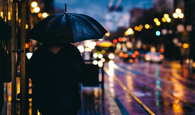 傘を差して佇む男性