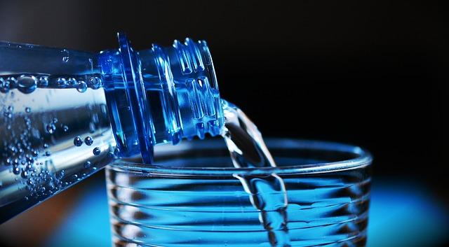 水を注ぐボトル