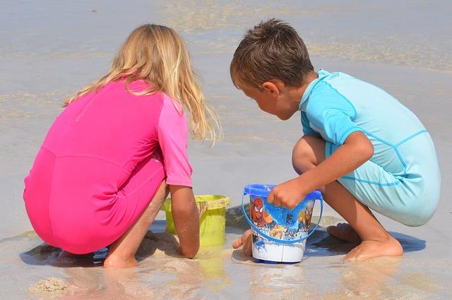 砂浜で遊ぶ子どもたち