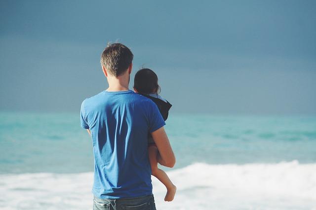 海を眺める親子