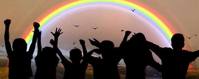喜ぶ子どもたちと虹