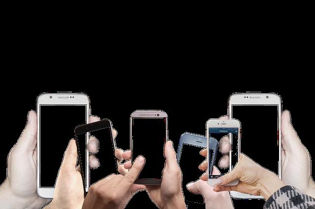たくさんのスマートフォンとそれらを持つ手